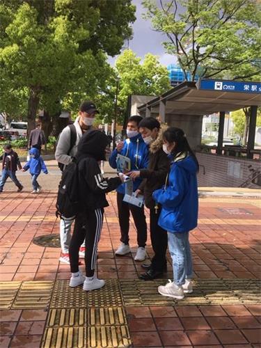 '图4:市民在声援诉江的签名纸上签名时的情景'