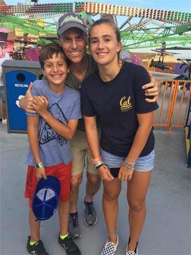 '图2:斯考特和他的儿子和女儿在一起(摄于2019年)'