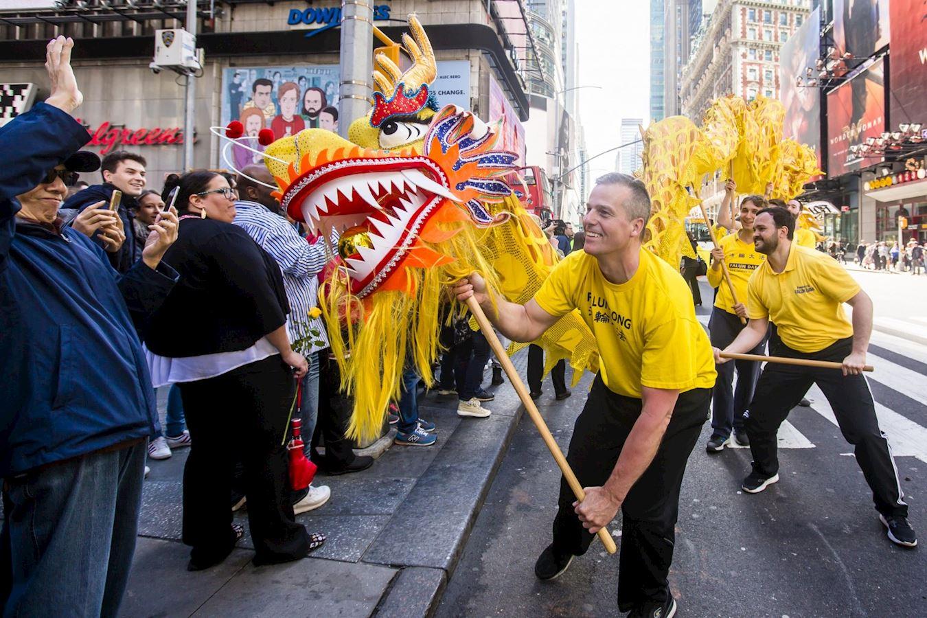 '图3:斯考特参加纽约市中国城游行,担任西人舞龙队的龙头手(摄于2017年)'
