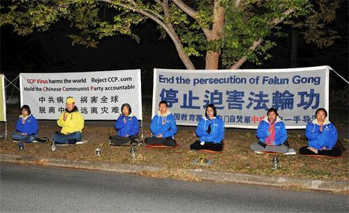 """'图1~2:二零二一年四月二十三日晚,澳洲首都堪培拉的法轮功学员在中使馆前举行了烛光守夜活动,纪念二十二年前的""""四·二五""""万人和平上访。'"""