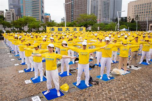 '图9~12:二零二一年四月二十五日在台北市政府前广场举行纪念中国法轮功学员四・二五和平上访二十二周年记者会,记者会后法轮功演炼五套功法的大炼功活动。'