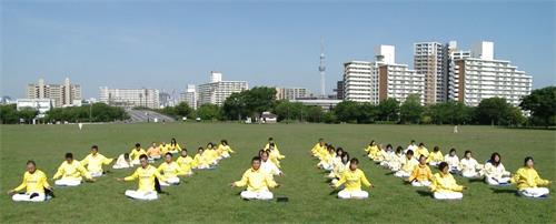 '图1~2:东京法轮功学员在公园集体炼功。'