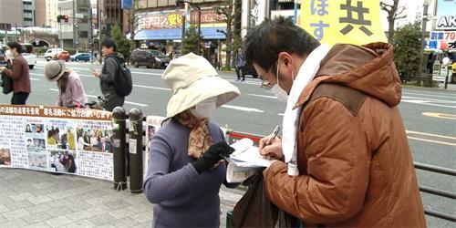'图3~6:法轮功学员在东京、新桥、秋叶原等繁华车站讲<span class='voca' kid='62'><span class='voca' kid='62'>真相</span></span>。'