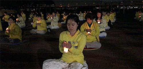 '图11~12:东京法轮功学员举行烛光悼念,悼念多年来在中国被迫害致死的法轮功学员。'