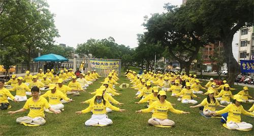 '图1:台湾南桃园法轮功学员于二零二一年四月二十五日在老街溪河滨步道集体炼功弘法。'