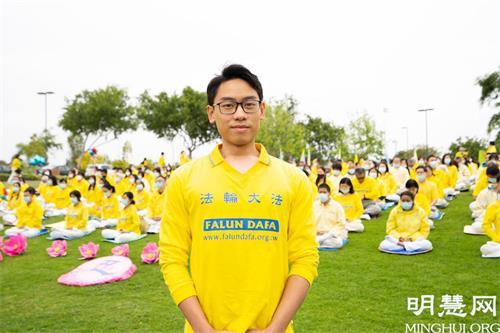 """'图2:就读加州州立大学的阮豪(HauNguyen)感到最为骄傲的是""""我是一名法轮大法弟子"""",由衷感恩师尊。'"""