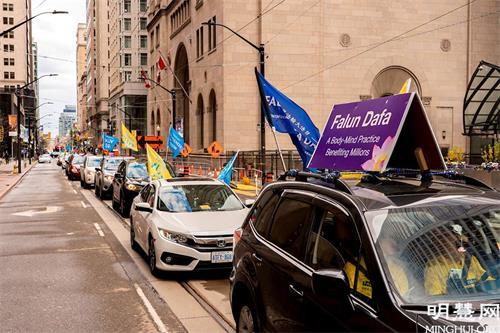 '图2~7:在疫情的特殊情况下,五月八日,多伦多法轮功学员用汽车游行的形式庆祝法轮大法日。'