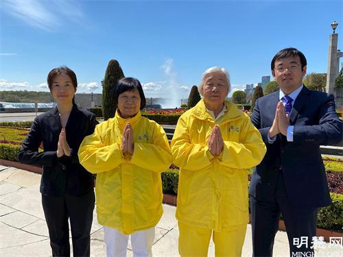 '图8:法轮功学员赵丹(左一)和家人恭祝师父生日快乐!'