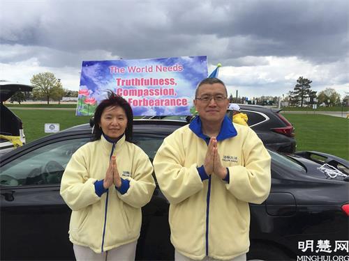 '图9:法轮功学员迈克和太太郑立恭祝师父生日快乐!'