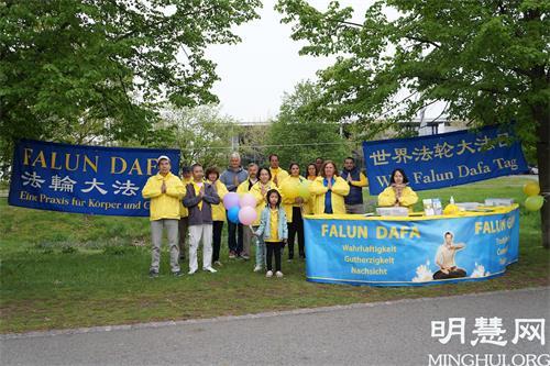 '图1:2021年5月13日,弗兰肯地区的部份法轮功学员在纽伦堡市沃德湖畔举办活动,参加活动的法轮功学员感恩师尊的慈悲救度,并祝师尊七十华诞快乐。'
