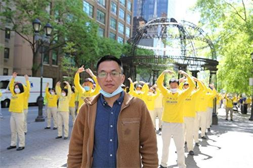 """'图19:在大陆为法轮功做无罪辩护的维权律师吴绍平参加了当天的""""五一三""""庆祝法轮大法日游行。'"""