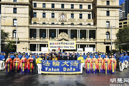 图1:悉尼各界政要欢聚海关大楼广场庆祝节日