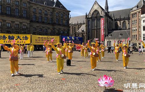'图1~2:荷兰法轮功学员在首都阿姆斯特丹的达姆广场举行庆祝世界法轮大法日的活动。'