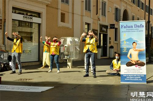图1:罗马法轮功学员在市中心的科尔索大街(Via del Corso)举行了讲<span class='voca' kid='62'>真相</span>活动