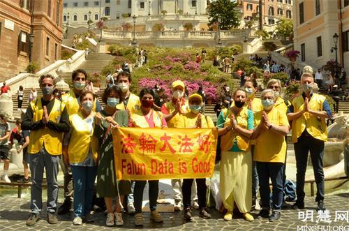 图3:部分罗马法轮功学员在著名的西班牙广场合影,庆祝世界法轮大法日并恭贺师父七十华诞。