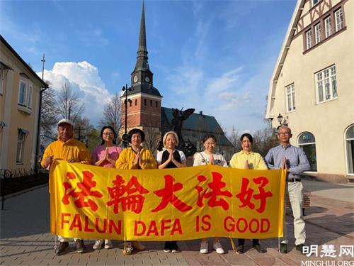 '图1~2:法轮功学员在瑞典达拉纳省庆祝世界法轮大法日。'