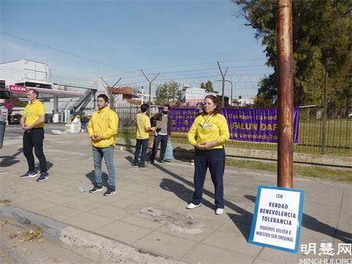 '图5:在中共驻阿根廷中使馆对面的街道上演示法轮功功法。'