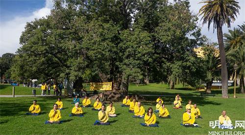 '图10~13:五月十五日至十七日,连续三日,阿根廷学员分散到市区的多个公园和市中心街道,继续传播法轮功的真相。'