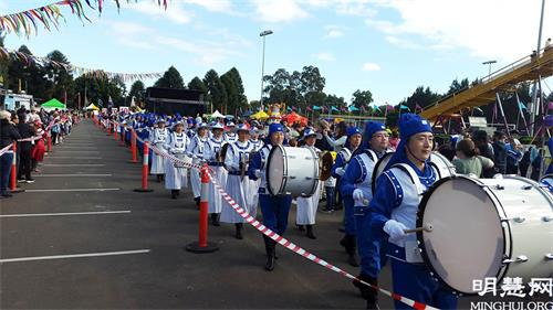 '图1~2:二零二一年五月二十九日,法轮功学员再度参加澳洲西悉尼黑镇年度文化节游行,被现场观众赞为游行中最棒的团体。'