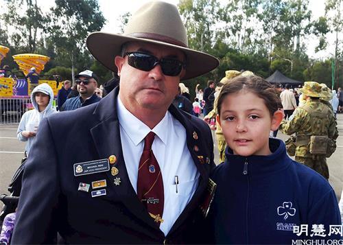 """'图5:澳大利亚退伍和服务联盟黑镇分部副会长迈克尔·瑞德(MichaelReid)和女儿都表示喜欢天国乐团演奏的乐曲,并说:""""他们一直是很棒的。""""'"""