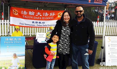 '图9:日本裔女士达林卡(DarinkaVasilorsica)和丈夫高兴的注册学炼法轮功'
