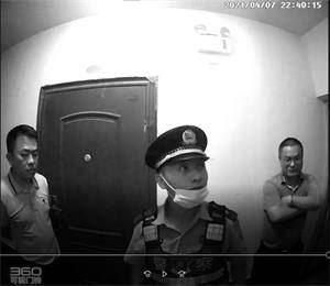 '四月七日晚威胁开门的警察'