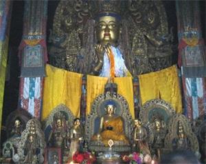 '拉卜楞寺的弥勒佛像正前下方安放着一尊释迦牟尼佛的小铜像(大纪元)'