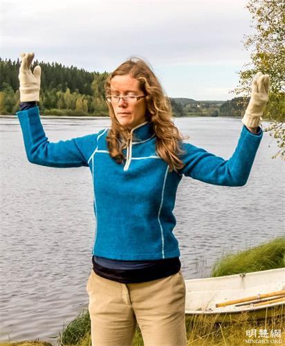 '图1:瑞典法轮功学员伊娃(Eva)在晨炼,她正在炼法轮功的第二套<span class='voca' kid='86'>功法</span>。'