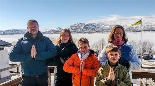 """'图1:瑞典法轮功学员伊娃(右)和约尔根(左)及他们的三个孩子,一家五口双手合十向师父表达最诚挚的感恩和祝贺:""""恭祝师父生日快乐!""""'"""