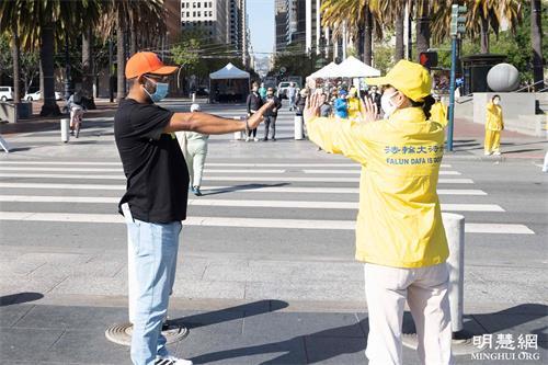 '圖25:從佛羅里達來加州旅遊的弗雷德·瓦勒斯(左)在學功'