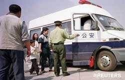 '在天安门广场被逮捕的法轮功学员,包括一名男孩'