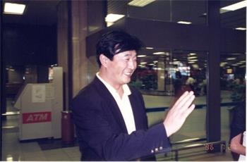 图2:师父在新加坡机场与学员亲切会面。