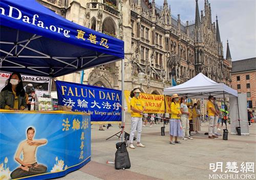 '图5:二零二一年六月五日,法轮功学员在市中心玛琳广场(Marienplatz)举办了信息日活动。'