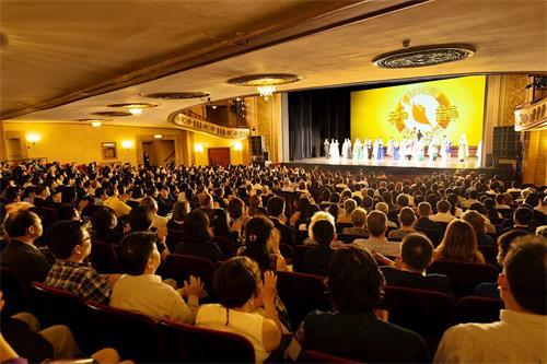 '图1:神韵纽约艺术团于二零二一年六月二十六日在康州斯坦福派雷斯剧院(ThePalaceTheatre)拉开了2021-2022年全球巡回演出首站演出的序幕。图为,二十六日晚演出结束时,观众报以雷动掌声向演员致谢。'