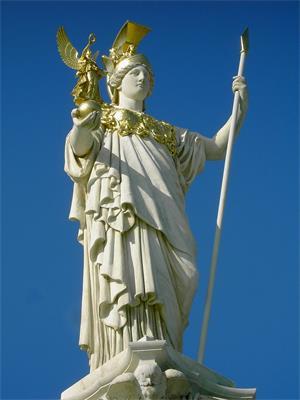 图例:奥地利议会大厦前的帕拉斯·雅典娜雕像(Pallas Athene Statue),建于1893 ~1902年。雕像展现了雅典娜头戴战盔,胸背披甲,一手持矛,一手托着胜利女神的姿态。