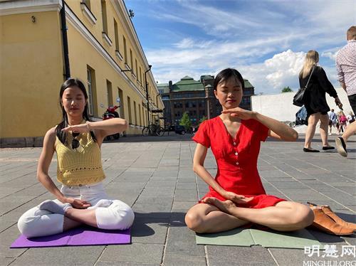 '图2:越南女孩(右)现场学炼功法。'