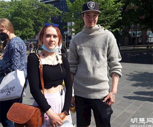 '图7:雅尼卡(Janika,左)和威尔贾米(Wiljami)支持法轮功学员和平反迫害。'
