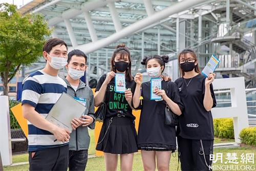 '图6:一群越南年轻人手持法轮功真相传单和法轮功学员(左一)合影'