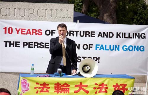 '图1:二零零九年七月,杰拉德·贝坦先生参加在议会广场上举行法轮功反迫害十周年集会并发言'