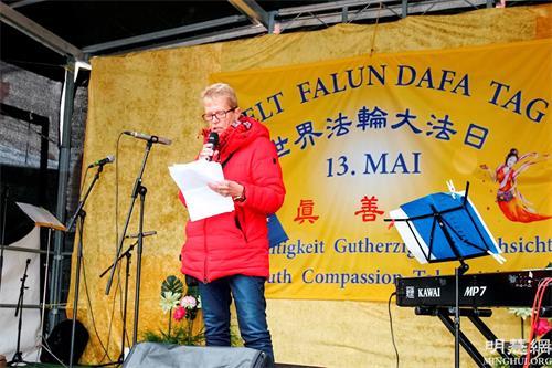 """'图2:尼森女士于2019年5月11日在法兰克福参加德国法轮功学员庆祝""""世界法轮大法日""""活动并发言'"""