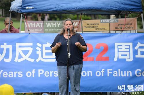 '图6:反强摘器官医生组织(DAFOH)自愿者JennieSheeks在发言中揭露了中共活摘法轮功学员器官的罪行。'