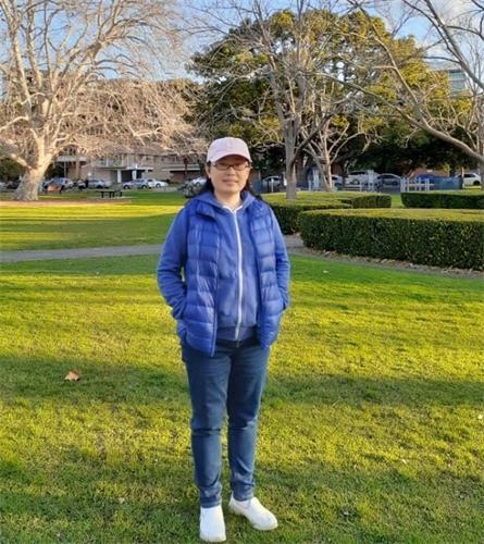 '图1:现居澳洲的南希・曾经历了一番曲折才走入法轮大法的修炼。'