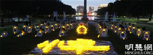 图4:休士顿法轮功学员的烛光夜悼活动