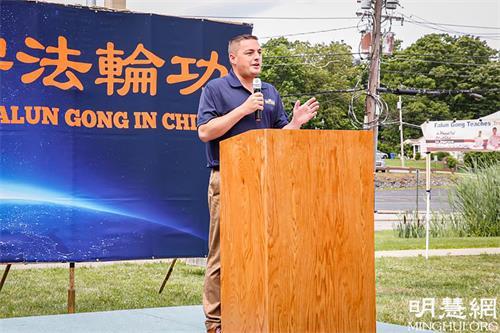 '图4:纽约州第四十二选区参议员马图奇(MikeMartucci)在法轮功学员反迫害集会上发言。'