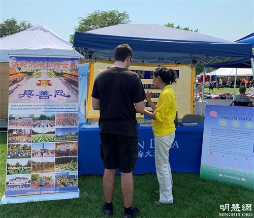 图1-3:法轮功学员参加芝加哥西北郊帕拉坦市(Palatine)的美国独立日节庆,向居民介绍功法。