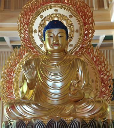 图例:供奉于日本熊本县玉名市莲华院诞生寺的不空成就如来佛像,不空成就佛为密宗五方如来之一,主持北方莲花世界。佛像全身金色,但佛的头发呈蓝色,这是佛教艺术中的一个主要特点。