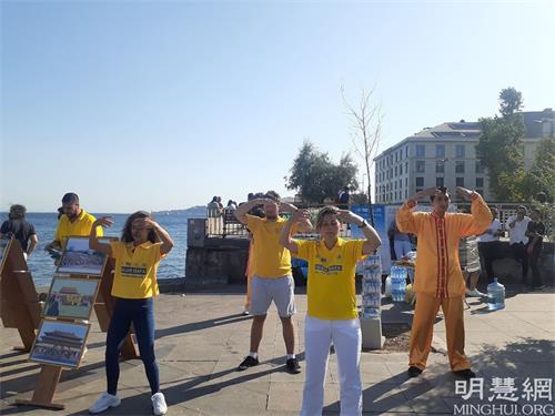 '图5:学员们在贝西克塔斯广场展示功法'