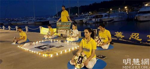 '图11:法轮功学员在中共驻伊斯坦布尔领事馆外举行烛光守夜'