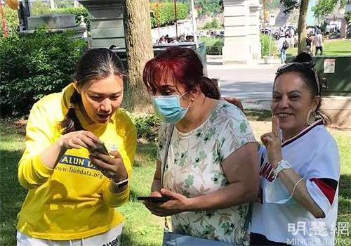 '图16:来自西班牙的艾琳娜(Elina,中)学炼功时感到有很强的能量流。她详细记下网上教功的信息。'