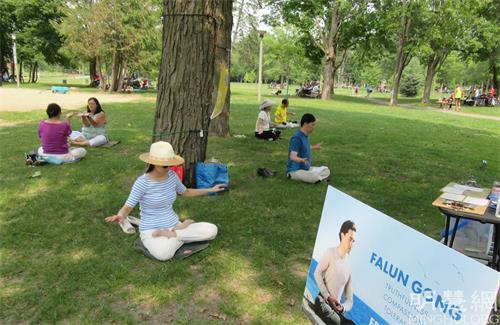 '图3~4:法轮功学员在公园炼功,时常有渥太华居民来学习<span class='voca' kid='86'>功法</span>。'